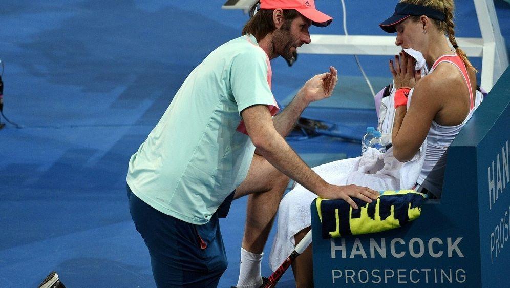 Kerber (r.) hält an Trainer Torben Beltz (l.) fest - Bildquelle: AFPSIDSAEED KHAN