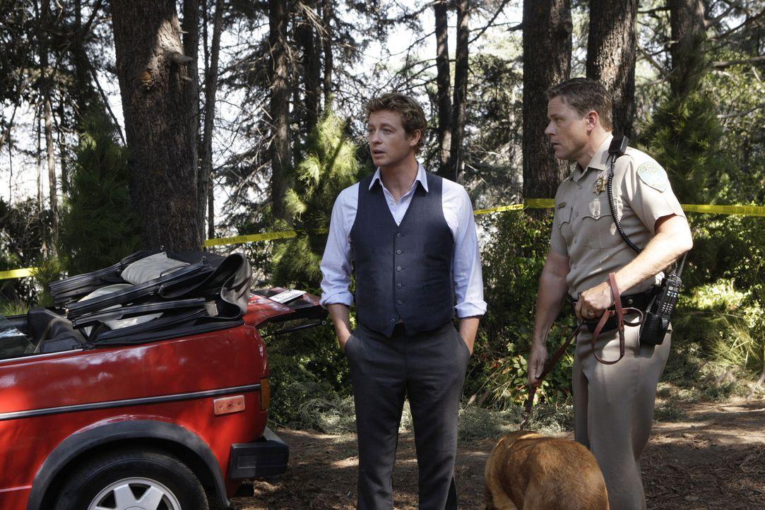 Ein neuer Fall wartet auf Patrick Jane (Simon Baker, l.) und seine Kollegen ... - Bildquelle: Warner Bros. Television