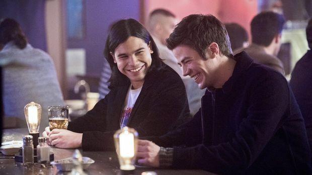 Als Cisco (Carlos Valdes, l.) und Barry (Grant Gustin, r.) in einer Bar anges...