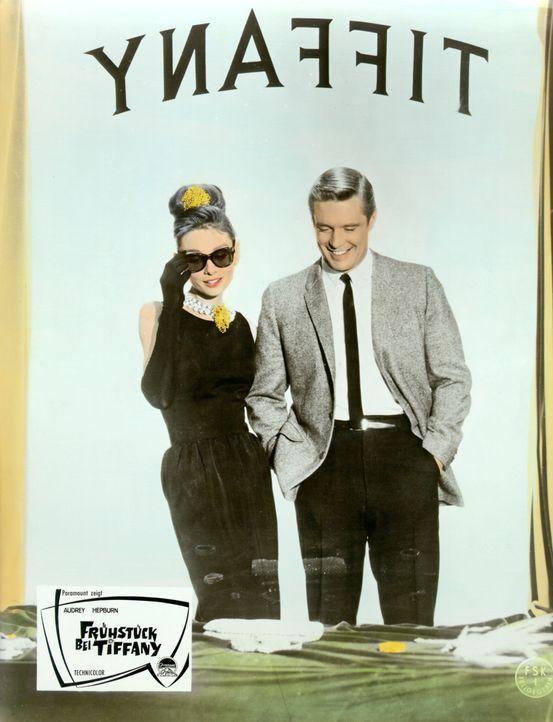 Holly (Audrey Hepburn, l.) und Paul (George Peppard, r.) stehen vor dem Schaufenster des teuersten Juweliergeschäfts von New York und sehen sich un... - Bildquelle: Paramount Pictures
