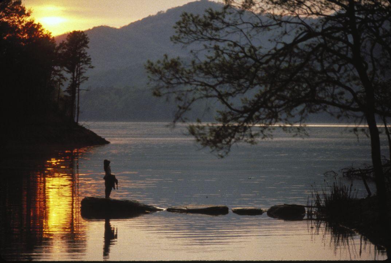 An dem einsamen See, fernab jeglicher Zivilisation fühlt sich Nell (Jodie Foster) wohl. - Bildquelle: 1994 TWENTIETH CENTURY FOX FILM CORPORATION All Rights Reserved.