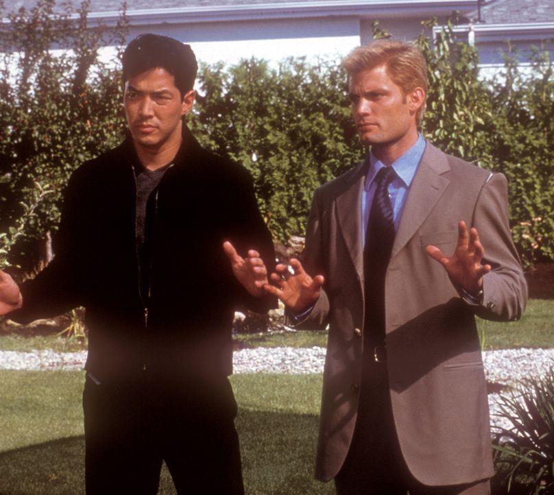 Sie riskieren ihr Leben, um Kim zu befreien: Ihr Bruder Rick (Russell Wong, l.) und dessen Freund Connor (Casper Van Dien, r.) ... - Bildquelle: 2000  MUSE PRODUCTIONS (TRACKER) INC.