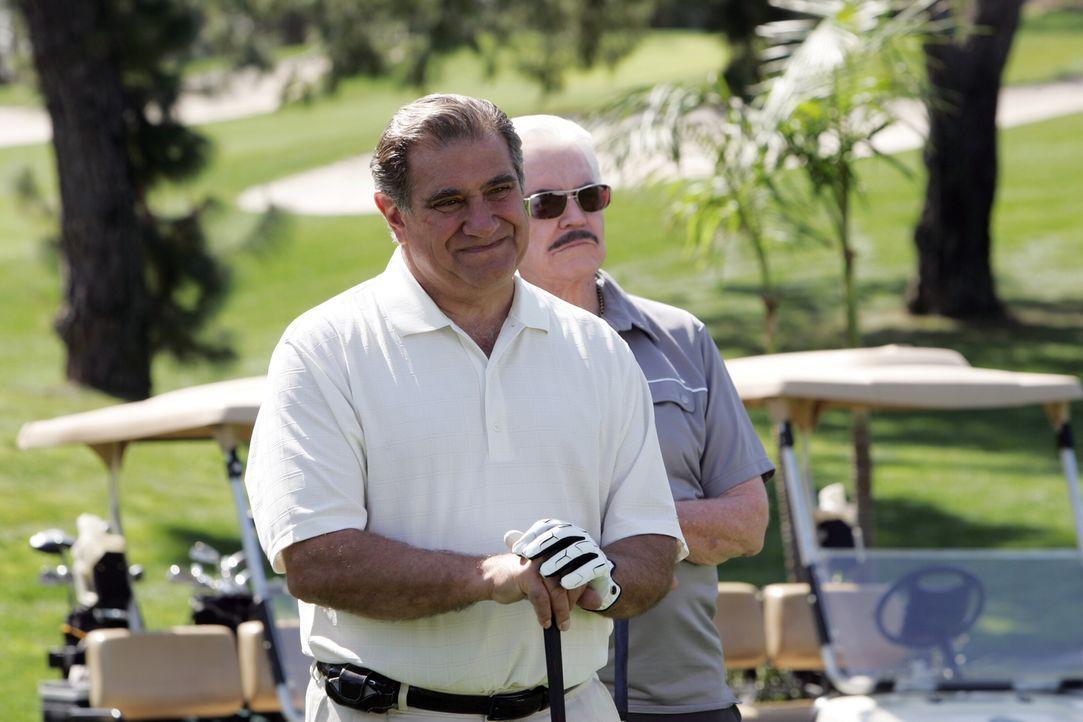 Hat der den Mafiaboss Sonny Battaglia (Dan Lauria, vorne) etwas mit dem Mord an Ed Didrikson zu tun? - Bildquelle: Warner Bros. Television