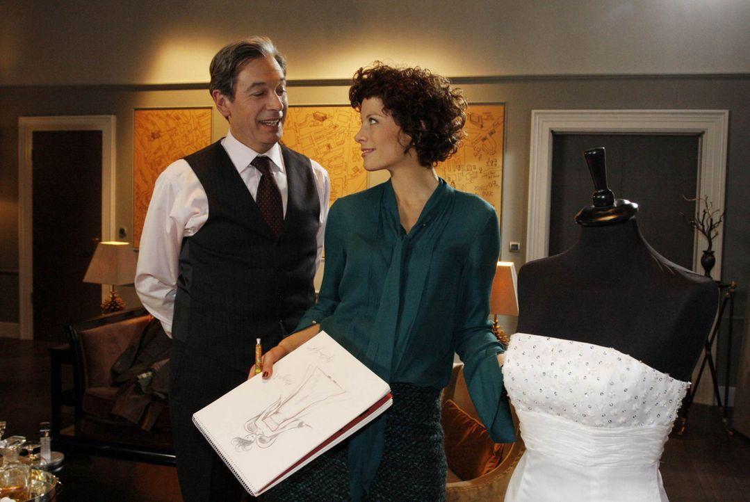 Emily (Anna Schäfer, r.) zeigt Julius (Günter Barton, l.) ihre neuen Entwürfe ... - Bildquelle: SAT.1