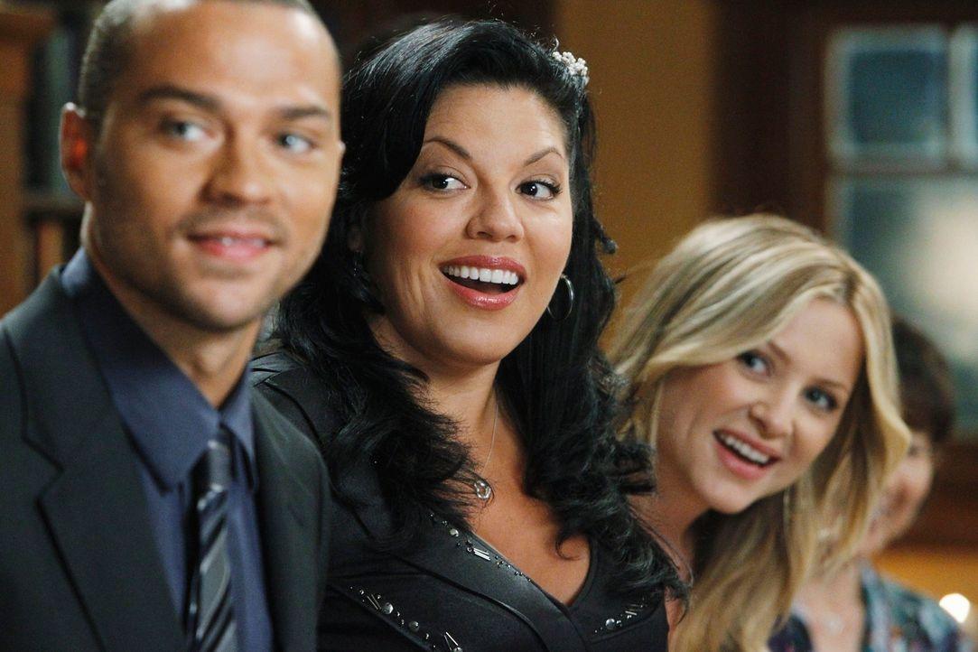 Freuen sich für Owen und Cristina: Jackson (Jesse Williams, l.), Callie (Sara Ramirez, M.) und April (Sarah Drew, r.) ... - Bildquelle: ABC Studios