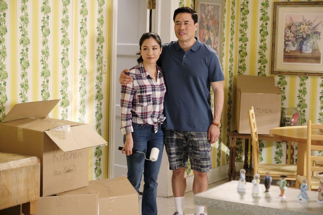 Louis (Randall Park, r.) und Jessica (Constance Wu, l.) haben beschlossen, ihrer Familie ein besseres Leben zu ermöglich. Optimistisch haben sie nic... - Bildquelle: 2016-2017 American Broadcasting Companies. All rights reserved.
