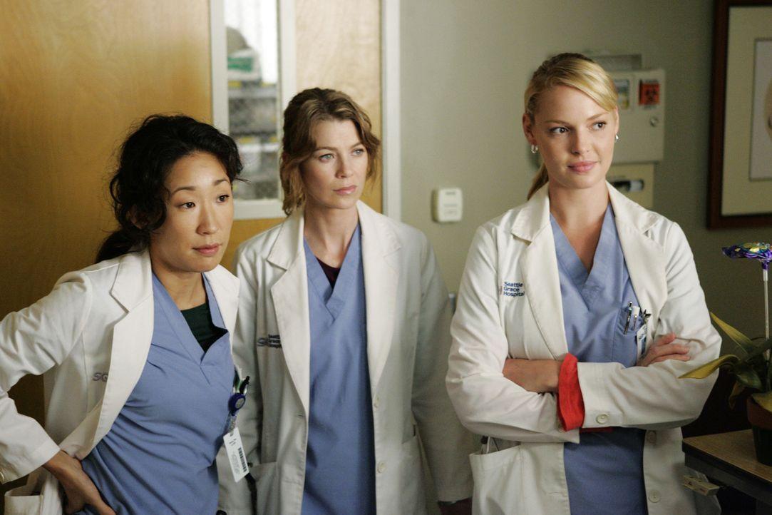Stehen vor einer medizinischen Sensation: Meredith (Ellen Pompeo, M.), Cristina (Sandra Oh, l.) und Izzie (Katherine Heigl, r.) ... - Bildquelle: Touchstone Television