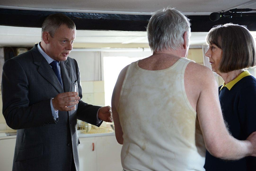 Kann Doc Martin (Martin Clunes, l.) das Rätsel lösen: Ist Robert (Paul Moriarty, M.) der heimliche Verehrer von Ruth (Eileen Atkins, r.)? - Bildquelle: BUFFALO PICTURES/ITV
