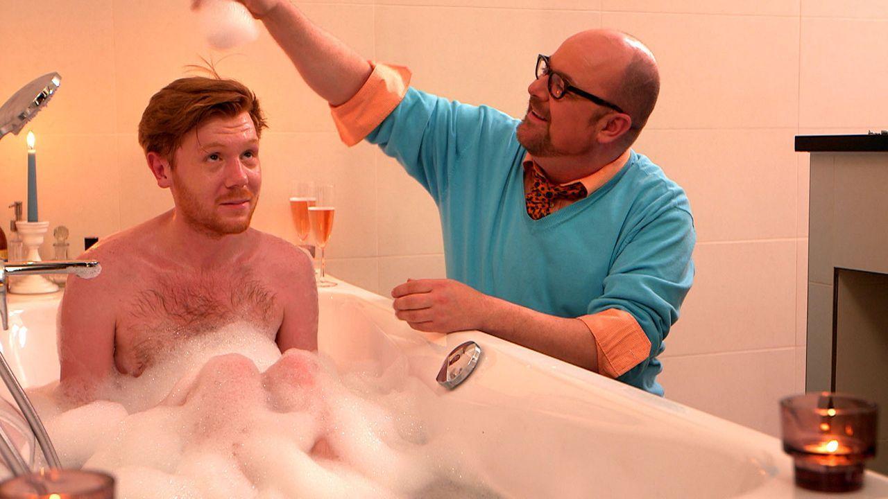 Henning (l.) wird von seinem Freund Olaf (r.) überrascht. Doch Olafs Einfall endet in einem Fiasko ... - Bildquelle: SAT.1