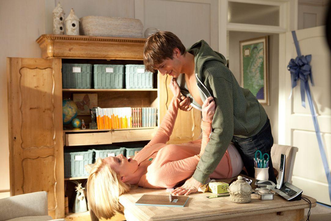 Jen (Katherine Heigl, l.) und Spencer (Ashton Kutcher, r.) sind glücklich verheiratet, genießen das Leben als junges Ehepaar. Doch Jen weiß nicht... - Bildquelle: Kinowelt GmbH