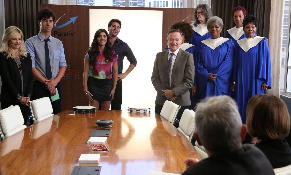 Simon (Robin Williams, 5.v.l.), Sydney (Sarah Michelle Gellar, l.), Zach (James Wolk, 4.v.l.), Andrew (Hamish Linklater, 2.v.l.) und Lauren (Amanda... - Bildquelle: 2013 Twentieth Century Fox Film Corporation. All rights reserved.