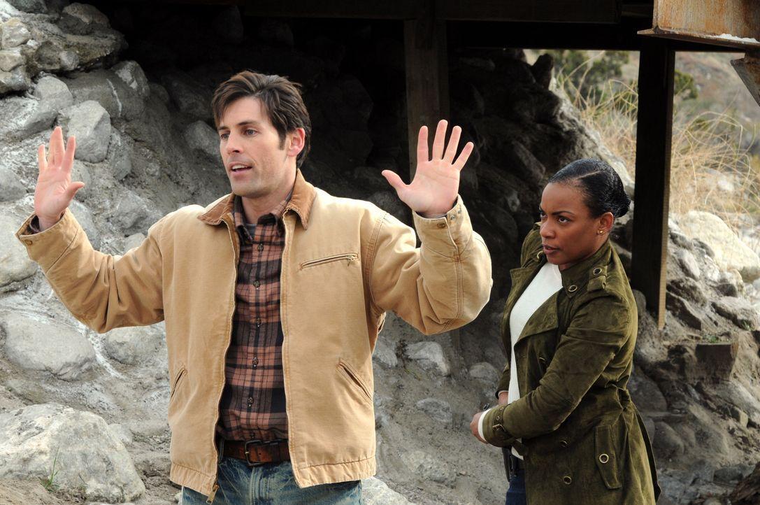 Ein Goldgräber wird erschossen aufgefunden. Als Lisbon sich bei einem Sturz am Knöchel verletzt, übernimmt Madeleine Hightower (Aunjanue Ellis, r.)... - Bildquelle: Warner Bros. Television