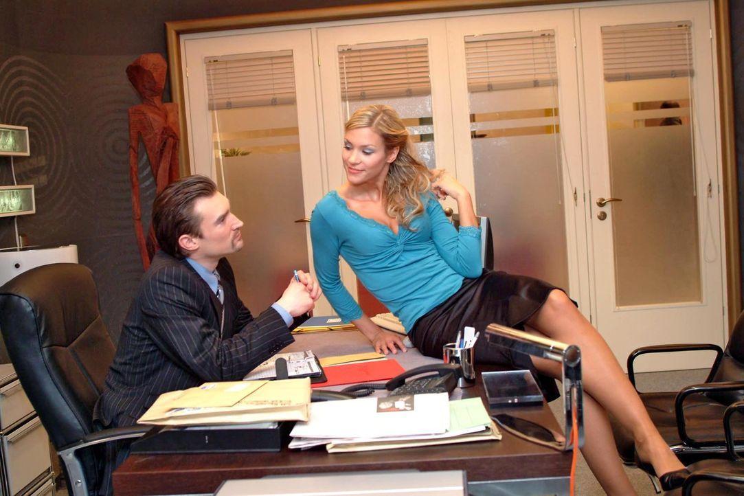Sabrina (Nina-Friederike Gnädig, r.) setzt ihren ganzen Charme bei Richard (Karim Köster, l.) ein, um etwas über die Finanzlage des Unternehmens... - Bildquelle: Sat.1