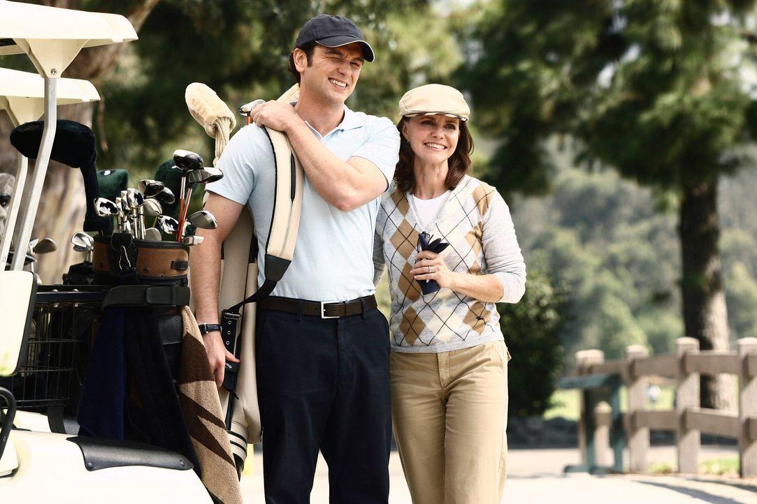 Kevin (Matthew Rhys, l.) erklärt sich bereit, seine Mutter Nora (Sally Field, r.) zu einer Golfpartie zu begleiten ... - Bildquelle: Disney - ABC International Television