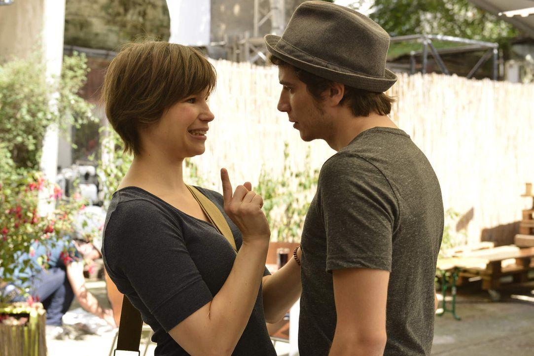 Kathi (Nika Weckler, l.) ist enttäuscht von Nils - der scheint kein bisschen eifersüchtig zu sein, als sie sich mit Michael (Benno Lehmann, r.) trif... - Bildquelle: Oliver Ziebe SAT.1