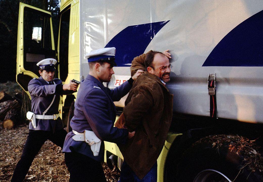 Um die Operation seiner Tochter zu bezahlen, lässt sich LKW-Fahrer Oskar Kunze (Heiner Lauterbach, r.) auf einen gefährlichen Deal ein. Zu spät merk... - Bildquelle: Kiermeir SAT.1