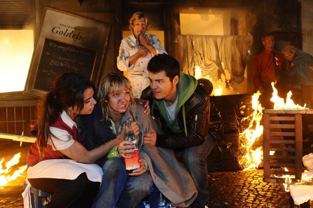 Paloma (Maja Maneiro, l.), Lily (Jil Funke, M.), Susanne (Heike Jonca, hinten) und Maik (Sebastian König, r.) machen sich große Sorgen um Jojo und... - Bildquelle: SAT.1