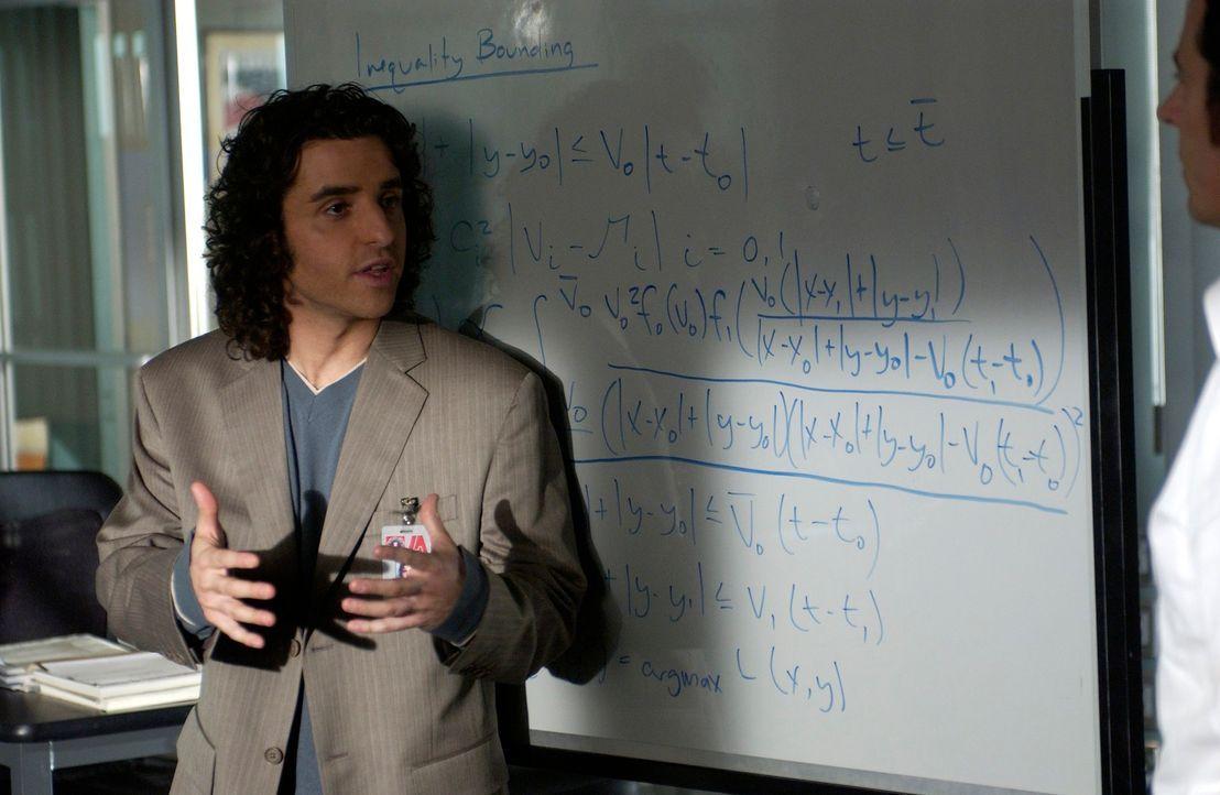 Anhand der Video-Bilder und Charlies (David Krumholtz) Berechnungen gehen die Ermittler davon aus, dass Schane ein anderes Motiv hatte, als es den A... - Bildquelle: Paramount Network Television