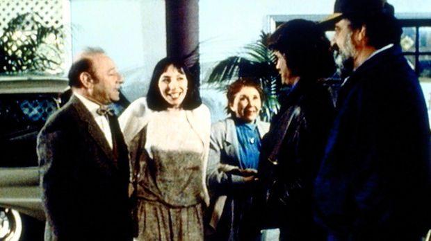 Birdy (Didi Conn, 2.v.l.) stellt ihren überraschten Eltern ihren guten Engel...