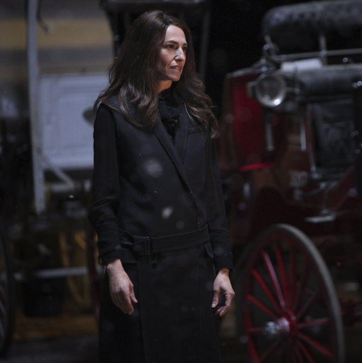 Ein Bund zwischen Dahlia (Claudia Black) und Klaus? Ist das wirklich eine gute Idee? - Bildquelle: Warner Bros. Entertainment, Inc