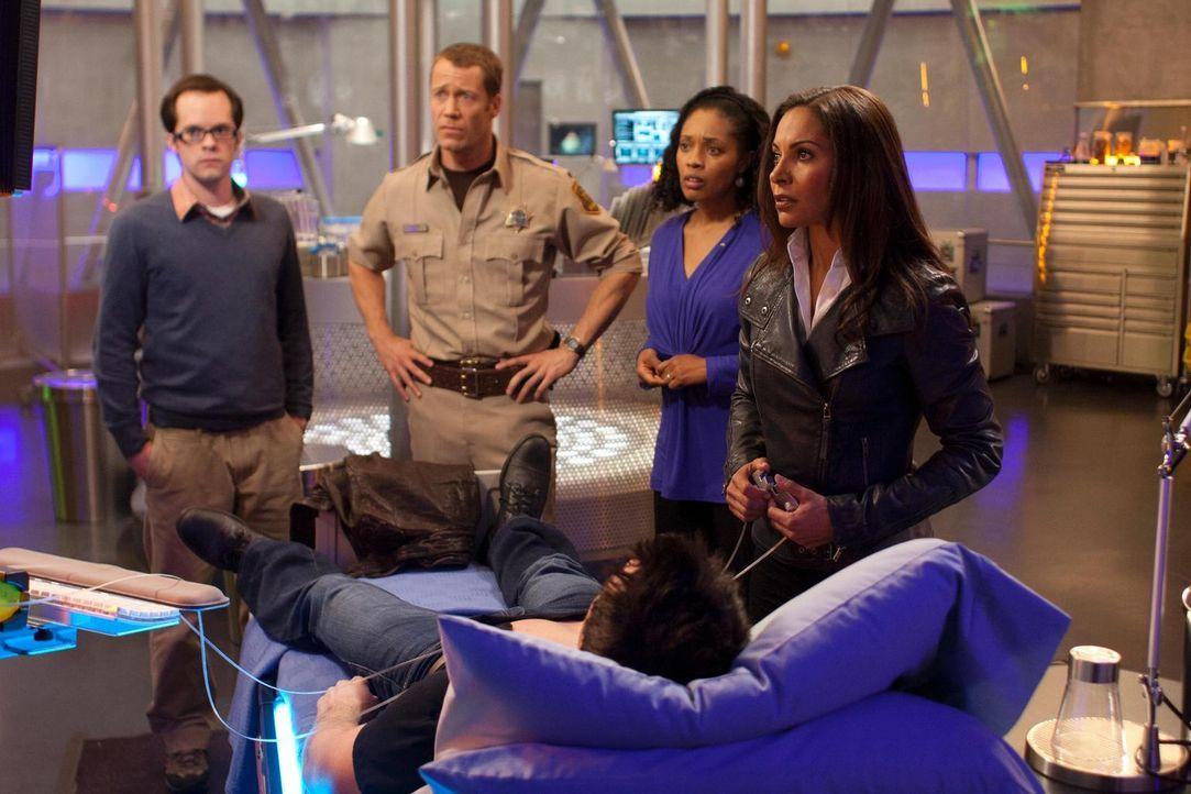 Müssen sich mit merkwürdigen Dingen herumschlagen: Grace (Tembi Locke, 2.v.r.), Fargo (Neil Grayston, l.), Carter (Colin Ferguson, 2.v.l.) und Allis... - Bildquelle: Universal Television