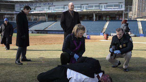 Unforgettable - Eine Leiche wird mitten auf einem Baseballfeld gefunden, doch...