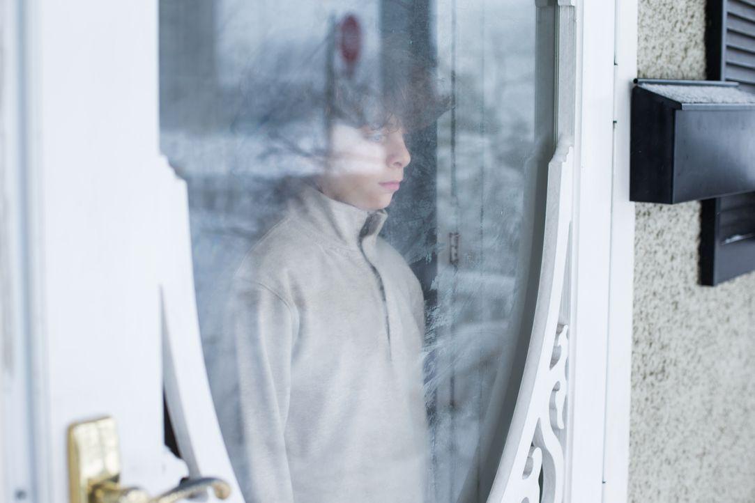 Traurig: Andrew Robinsons Sohn Adam schaut aus dem Fenster, als sein Vater von der Polizei verhaftet wird. Seine Mutter Lisa spinnt eine Intrige, um... - Bildquelle: Darren Goldstein Cineflix 2014