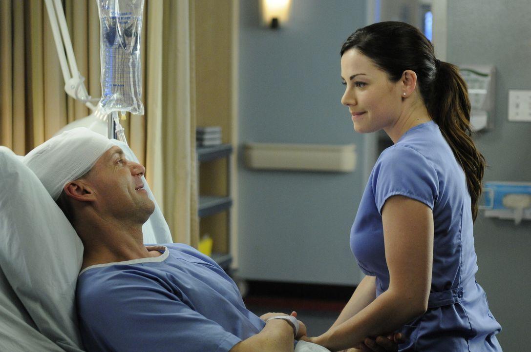 Dr. Charlie Harris (Michael Shanks, l.) ist froh, dass Dr. Alex Reid (Erica Durance, r.) die Hoffnung nie aufgegeben hat ... - Bildquelle: 2013 NBC Studios, LLC