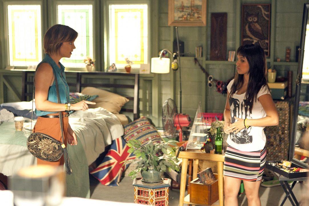 Leila (Summer Bishil, r.) macht Ärger: Statt mit ihrer Mutter zusammen in die Schweiz zu gehen, ist sie bei Erin (Jessica Stroup, l.) und Navid ein... - Bildquelle: TM &   2011 CBS Studios Inc. All Rights Reserved.