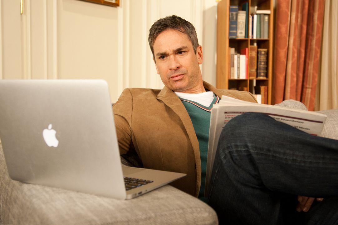 Als plötzlich Peter (Manou Lubowski) vor Sylvias Laptop sitzt, ist Tom geschockt ... - Bildquelle: Chris Hirschhäuser TM &   TURNER BROADCASTING SYSTEM. A TIME WARNER COMPANY. ALL RIGHTS RESERVED.
