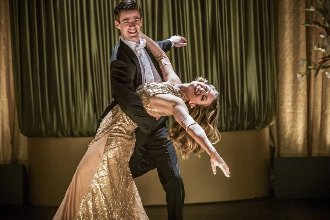 Barry (Grant Gustin, hinten) und Kara (Melissa Benoist, vorne) finden sich plötzlich in einer Traumwelt wieder, in der sie in ein kompliziertes Lieb... - Bildquelle: 2016 Warner Bros.