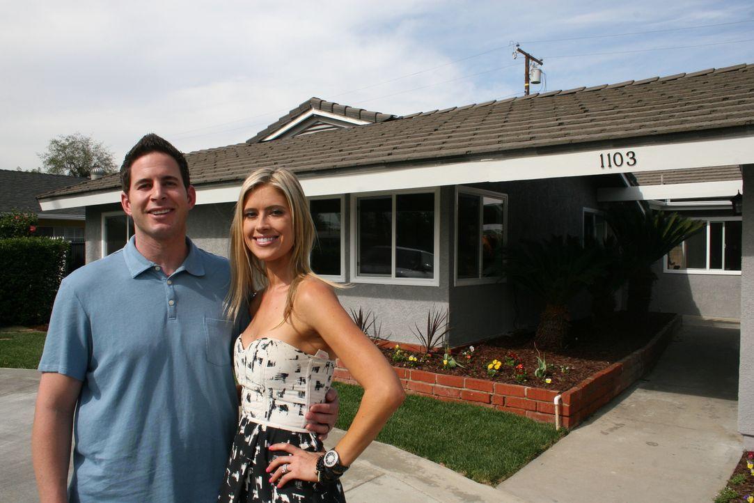Tarek (l.) und Christina (r.) entdecken ein Angebot, dass zu gut um wahr zu sein scheint ... - Bildquelle: 2014, HGTV/Scripps Networks, LLC. All Rights Reserved.