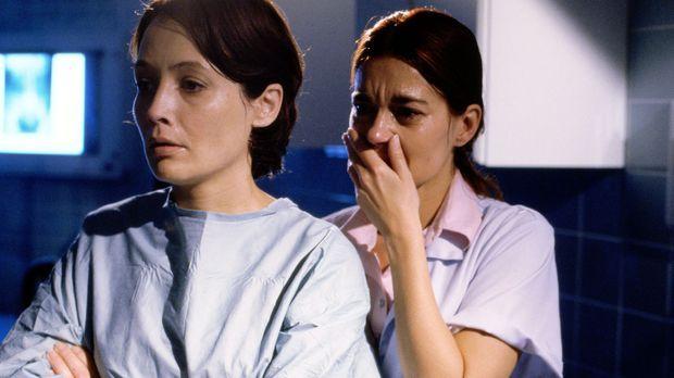 Verzweifelt warten Claudia (Anke Sevenich, l.) und Katharina (Lisa Wolf, r.)...