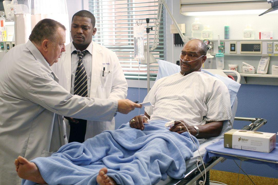 Während Pratt (Mekhi Phifer, M.) einen alten Footballspieler (Sam Scarber, r.) behandelt, der aufgrund abgenutzter Gelenke furchtbare Schmerzen hat... - Bildquelle: Warner Bros. Television