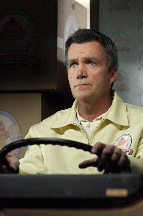 Hat einen neuen Job, bei dem er nachts Kuchen ausliefert: Mike (Neil Flynn) ... - Bildquelle: Warner Brothers