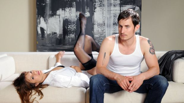 Als Karen (Suzan Anbeh, l.) Mark (Clemens Schick, r.), den neuen Liebhaber ih...