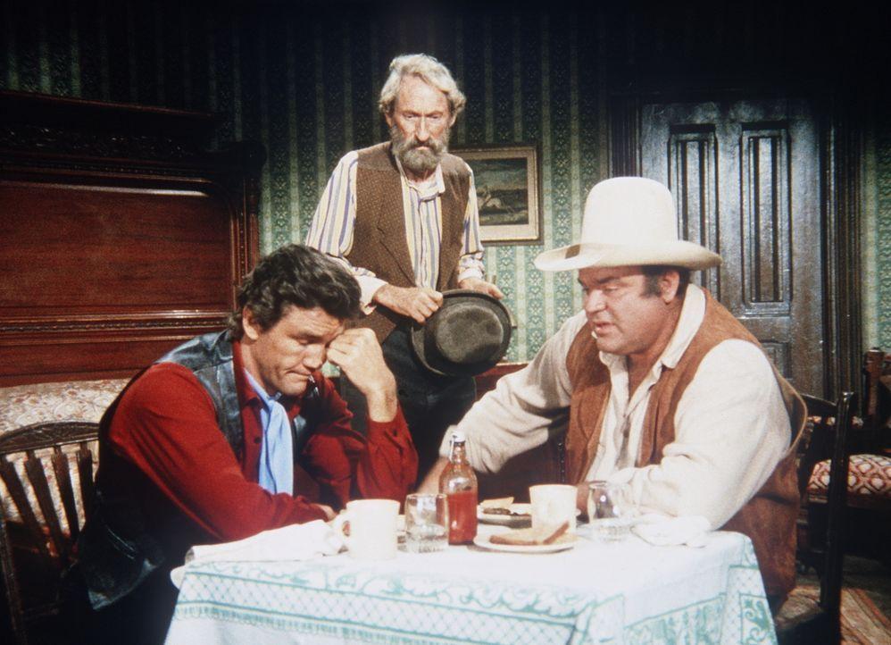 Hoss (Dan Blocker, r.) und Candy (David Canary, l.) befinden sich wegen Saltys (Arthur Hunnicutt, M.) Lügengeschichten in einer brenzligen Lage. - Bildquelle: Paramount Pictures