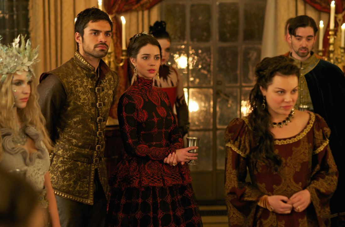 Mary (Adelaide Kane, r.) und Condé (Sean Teale, l.) sind von den besonderen Festen von König Antoine nur wenig angetan ... - Bildquelle: Sven Frenzel 2014 The CW Network, LLC. All rights reserved.