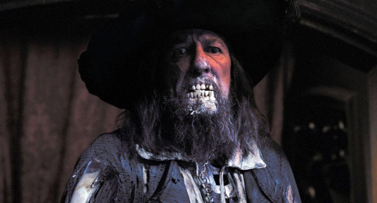 Niemand ahnt, dass auf dem berüchtigten Captain Barbossa (Geoffrey Rush) und seiner Crew ein Fluch lastet. In Wirklichkeit sind sie eine Meute von U... - Bildquelle: Disney/ Jerry Bruckheimer