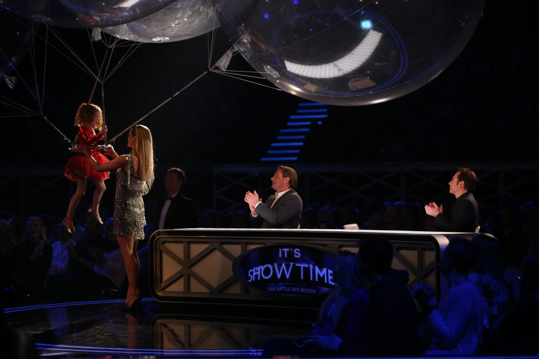 DunDu meets Balloongirl (l.) verzaubert Michelle Hunziker (2.v.l.), Sashs (2.v.r.) und Michael Bully Herbig (r.) ... - Bildquelle: Jens Hartmann SAT.1