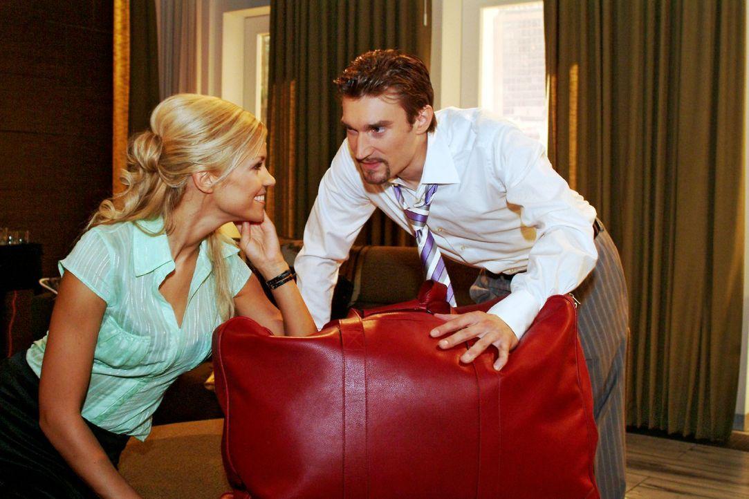 Sabrina (Nina-Friederike Gnädig, l.) stellt Richard (Karim Köster, r.) vor vollendete Tatsachen. - Bildquelle: Monika Schürle Sat.1