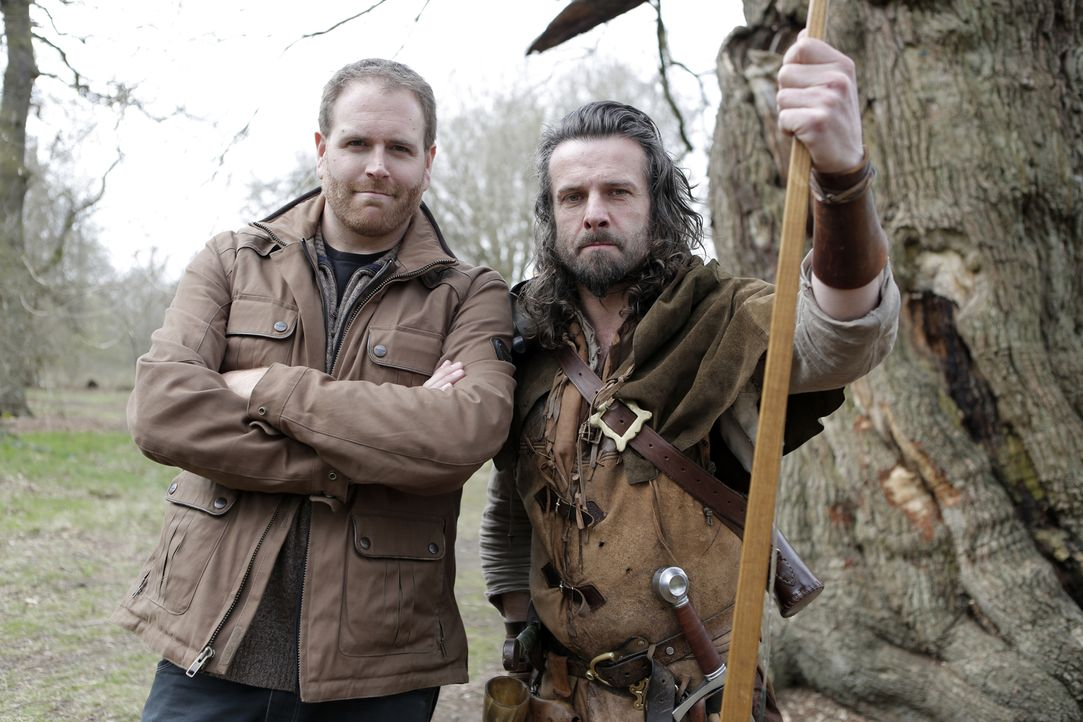 Josh Gates (l.) reist nach England, um dort die Wahrheit über den berühmten Robin Hood zu erfahren. Im Sherwood Forest trifft er sich mit Ade Andrew... - Bildquelle: 2015,The Travel Channel, L.L.C. All Rights Reserved