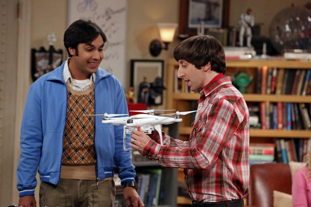 Die Drohne, die Raj (Kunal Nayyar, l.) von seinem Vater bekommen hat, ist noch ganz neu, als Howard (Simon Helberg, r.) sie in die Hände bekommt ... - Bildquelle: Warner Bros. Television
