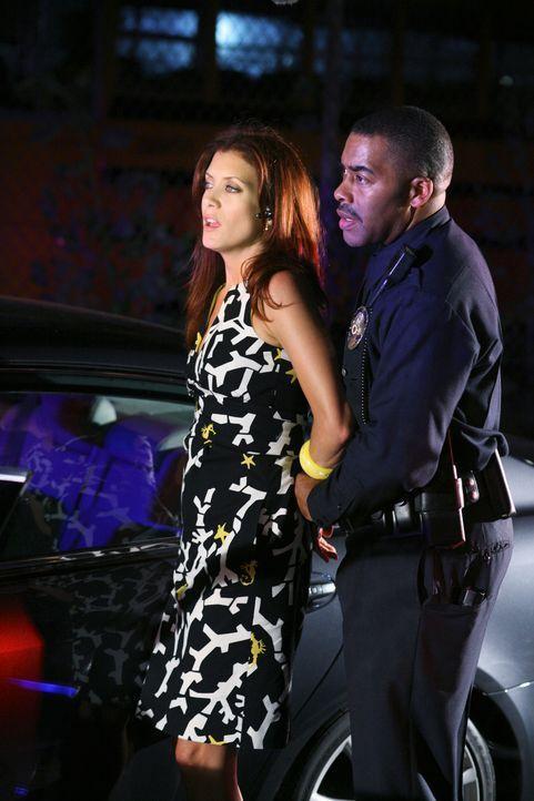 Bei einem Versuch Kevin auszuspüren, gerät Addison (Kate Walsh, l.) in einen SWAT-Einsatz, und wird prompt vom Einsatzleiter (John Eddins, r.) festg... - Bildquelle: ABC Studios