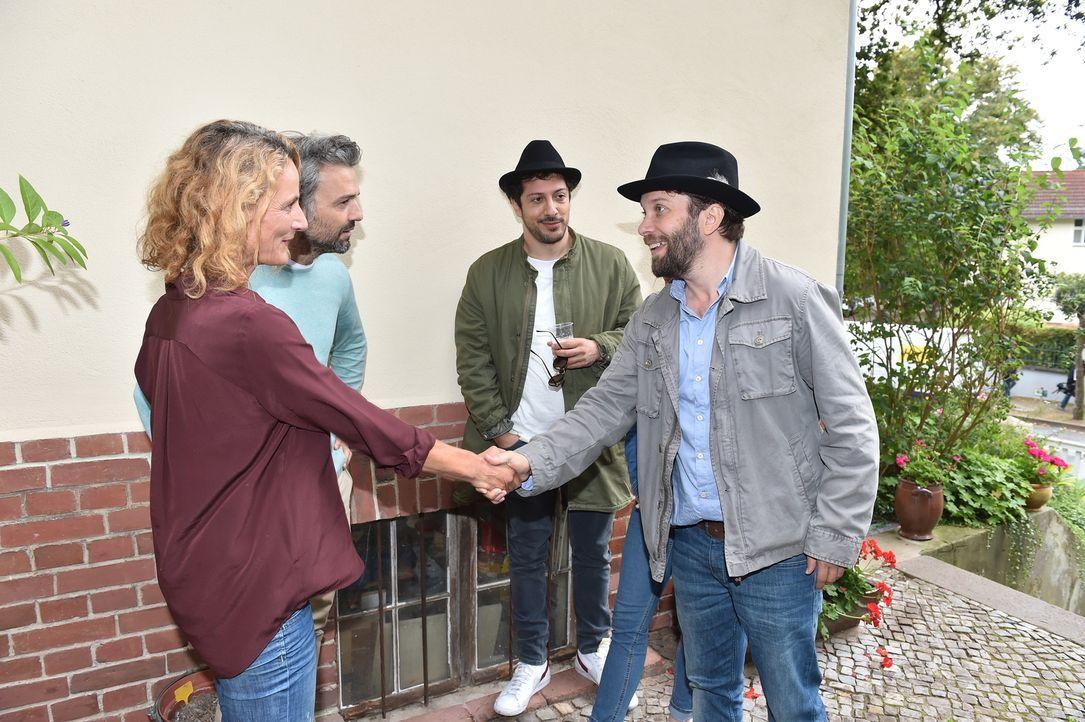 Maries Eltern (Marion Elskis, l. und Alexander Wipprecht, r.) begrüßen Fahri Yardim (2.v.r.) und Christian Ulmen (r.). - Bildquelle: Andre Kowalski maxdome/ ProSieben