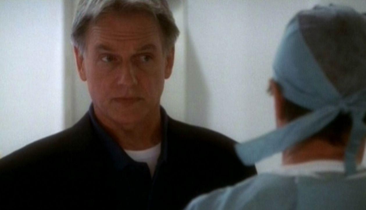 Leroy Gibbs (Mark Harmon) hört sich den Befund der Gerichtsmedizin intersessiert an. - Bildquelle: CBS Television
