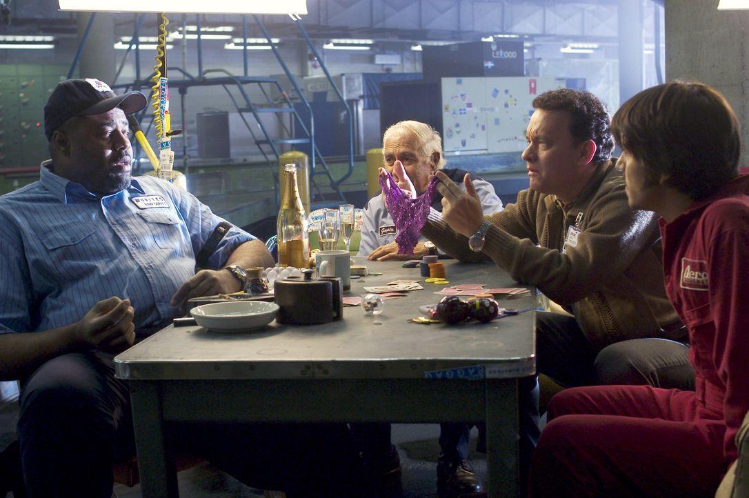 Um sich die Zeit etwas zu verschönern, schließt Viktor (Tom Hanks, 2.v.r.) Freundschaften mit dem Personal (Chi McBride, l., Kumar Pallana, 2.v.l.... - Bildquelle: Merrick Morton DreamWorks Distribution LLC