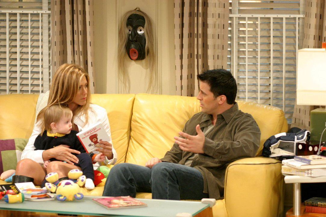Joey (Matt LeBlanc, r.) hat sich bei Chandlers Firma um die Rolle in einem Werbespot beworben und erzählt Rachel (Jennifer Aniston, l.) ganz stolz d... - Bildquelle: 2003 Warner Brothers International Television