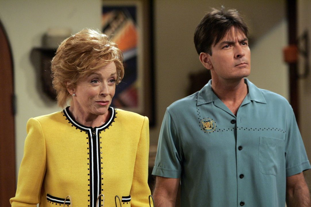 Charlie (Charlie Sheen, r.) ist seiner neuen Freundin überdrüssig und gibt dem Drängen seiner Mutter Evelyn (Holland Taylor, l.) nach, sie zu einer... - Bildquelle: Warner Brothers Entertainment Inc.