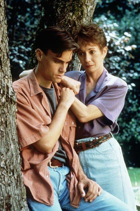 Lori Helm (Sandy Duncan, r.) und ihr Sohn (Zachary Ansley, l.) bangen um das Leben von Jeffs schwer verletzten Vater ... - Bildquelle: Columbia Pictures Television